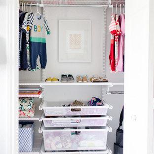 Imagen de habitación de bebé neutra clásica renovada con paredes blancas y moqueta