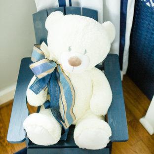Ejemplo de habitación de bebé niño clásica renovada con paredes grises y suelo azul