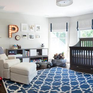 Inspiration pour une chambre de bébé garçon traditionnelle de taille moyenne avec un mur gris et un sol en bois foncé.