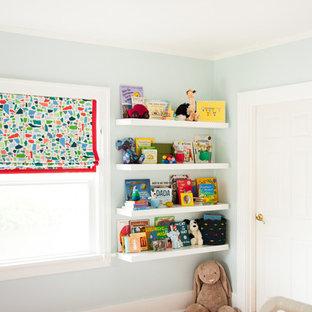 Ejemplo de habitación de bebé neutra clásica renovada, de tamaño medio, con suelo marrón, paredes grises y suelo de madera oscura