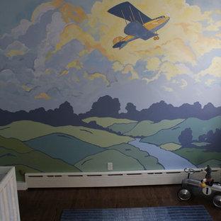 Großes Retro Babyzimmer mit bunten Wänden und dunklem Holzboden in New York