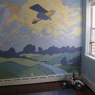 Inspiration pour une grand chambre de bébé garçon vintage avec un mur multicolore et un sol en bois foncé.