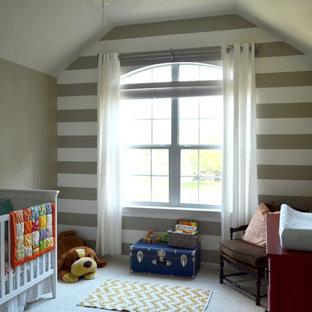 Ejemplo de habitación de bebé neutra clásica, de tamaño medio, con paredes grises y moqueta