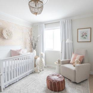 Modelo de habitación de bebé niña clásica de tamaño medio