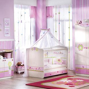 Exemple d'une chambre de bébé moderne.