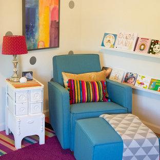 Cette photo montre une chambre de bébé fille éclectique de taille moyenne avec un mur blanc et un sol en bois brun.