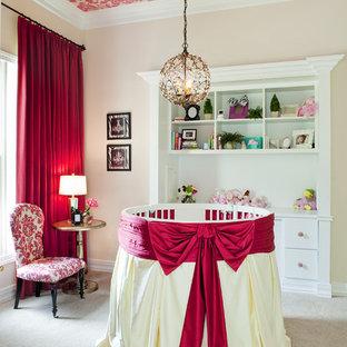 Idee per una cameretta per neonata tradizionale con pareti rosa e moquette