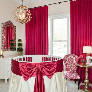 Inspiration pour une chambre de bébé fille traditionnelle avec un mur rose et moquette.