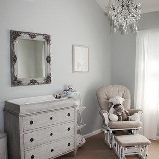 Esempio di una cameretta per neonata contemporanea di medie dimensioni con pareti grigie e moquette
