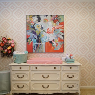 Exemple d'une chambre de bébé fille romantique de taille moyenne avec un mur multicolore et moquette.