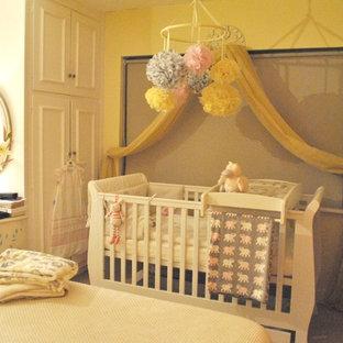 Esempio di una cameretta per neonati stile americano