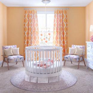 Foto de habitación de bebé niña clásica renovada, pequeña, con parades naranjas, moqueta y suelo beige