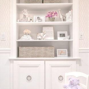 Foto de habitación de bebé niña tradicional renovada, de tamaño medio, con paredes blancas y moqueta