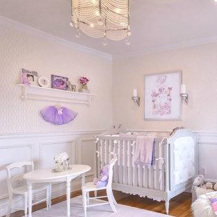 Klassisches Babyzimmer mit weißer Wandfarbe und Teppichboden in New York