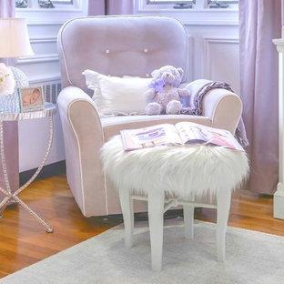 Exemple d'une chambre de bébé fille chic de taille moyenne avec un mur blanc et moquette.