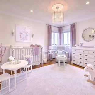 Diseño de habitación de bebé niña tradicional renovada, de tamaño medio, con paredes blancas y moqueta