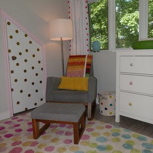 Diseño de habitación de bebé niña bohemia, de tamaño medio, con paredes blancas, suelo de baldosas de porcelana y suelo beige
