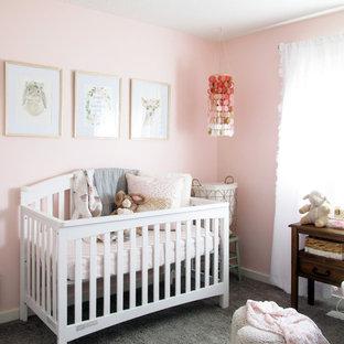 Ejemplo de habitación de bebé niña clásica renovada, pequeña, con paredes rosas, moqueta y suelo gris