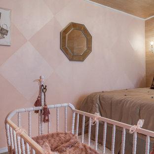 Idées déco pour une petit chambre de bébé fille classique avec un mur rose et un sol en carrelage de céramique.