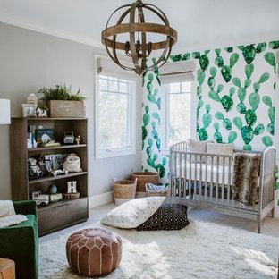 Mittelgroßes Uriges Babyzimmer mit grauer Wandfarbe, Teppichboden und weißem Boden in San Diego