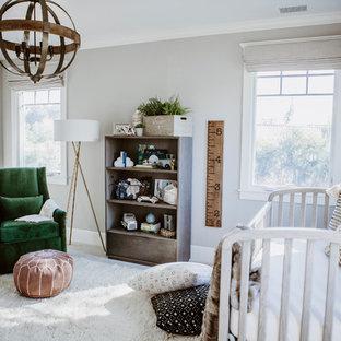 Foto de habitación de bebé niño tradicional renovada, de tamaño medio, con paredes grises, moqueta y suelo blanco