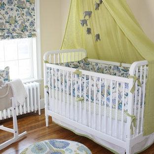 Mittelgroßes Klassisches Babyzimmer mit beiger Wandfarbe, dunklem Holzboden und braunem Boden in New York