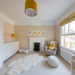 Imagen de habitación de bebé neutra tradicional renovada, de tamaño medio, con suelo beige, paredes beige y moqueta
