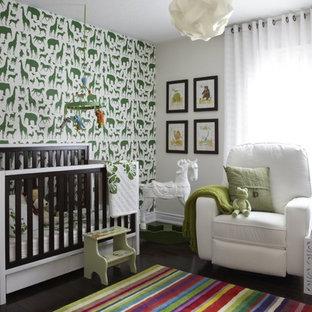 Idées déco pour une chambre de bébé neutre contemporaine de taille moyenne avec un mur multicolore, un sol en bois foncé et un sol marron.