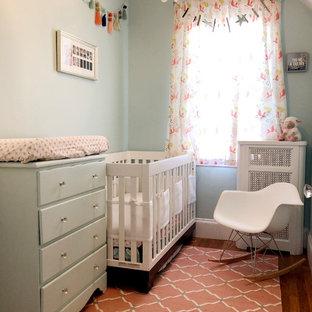 Foto di una piccola cameretta per neonata contemporanea con pareti verdi