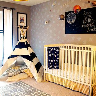 Foto de habitación de bebé niño ecléctica, de tamaño medio, con paredes grises y moqueta