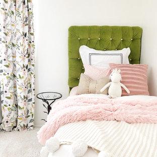 Diseño de habitación de bebé niña vintage, de tamaño medio, con paredes blancas, moqueta y suelo blanco