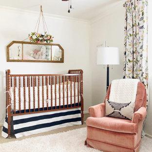 Foto de habitación de bebé niña vintage, de tamaño medio, con paredes blancas, moqueta y suelo blanco