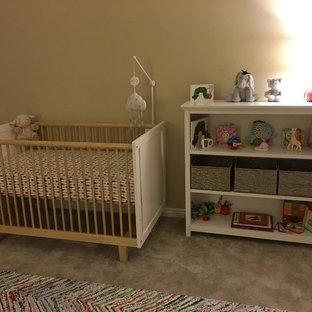 Imagen de habitación de bebé niña tradicional renovada, grande, con paredes marrones, moqueta y suelo gris
