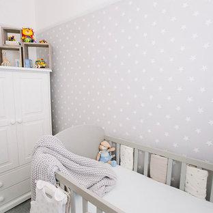 Modelo de habitación de bebé neutra actual, pequeña, con paredes grises y moqueta