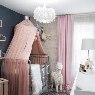 Diseño de habitación de bebé niña bohemia con paredes azules