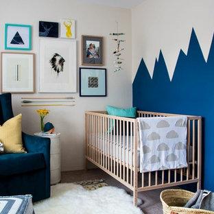 Idéer för ett skandinaviskt babyrum, med blå väggar och heltäckningsmatta