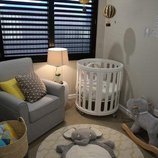 Foto de habitación de bebé niño tradicional renovada, pequeña, con paredes grises y suelo de cemento
