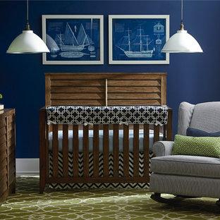 Imagen de habitación de bebé niño clásica, pequeña, con paredes azules