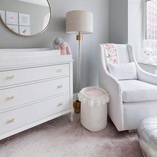 Cette image montre une petit chambre de bébé fille traditionnelle avec un mur gris, moquette et un sol rose.