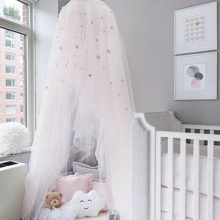 Imagen de habitación de bebé niña tradicional renovada, pequeña, con paredes grises, moqueta y suelo rosa