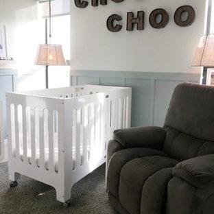 Diseño de habitación de bebé neutra clásica renovada, de tamaño medio, con paredes blancas, suelo de baldosas de cerámica y suelo gris