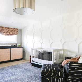 Chambre de bébé avec un sol en bois clair Orange County : Photos ...
