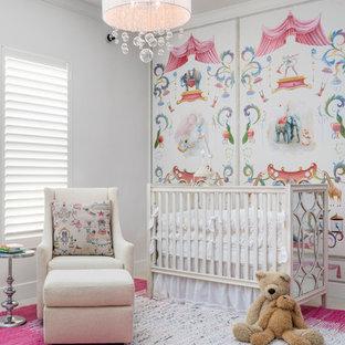 Inspiration pour une chambre de bébé fille traditionnelle avec un mur multicolore.