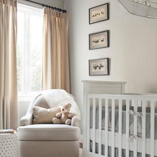 Imagen de habitación de bebé neutra clásica renovada con paredes grises