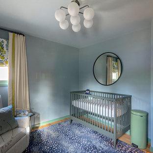 Bild på ett litet orientaliskt könsneutralt babyrum, med blå väggar, ljust trägolv och gult golv