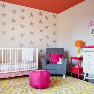 Aménagement d'une chambre de bébé fille classique avec un mur blanc, un sol en bois foncé et un sol jaune.
