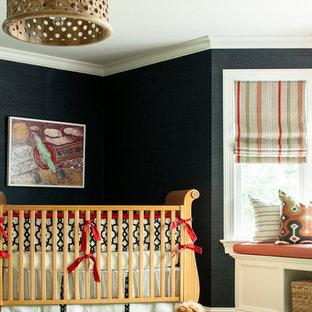 Cette image montre une chambre de bébé neutre traditionnelle avec un mur noir, moquette et un sol vert.