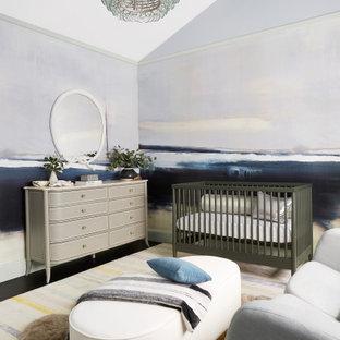 Foto de habitación de bebé niño clásica renovada, grande, con paredes multicolor y suelo negro