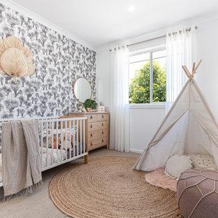 Modelo de habitación de bebé papel pintado, exótica, de tamaño medio, con paredes blancas, moqueta, suelo beige y papel pintado