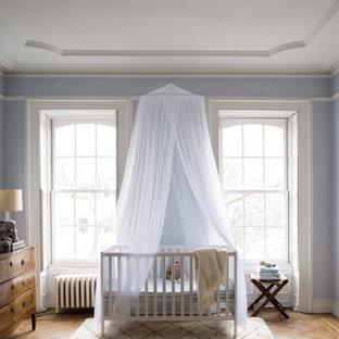 Cette photo montre une chambre de bébé neutre chic de taille moyenne avec un mur violet et un sol en bois foncé.